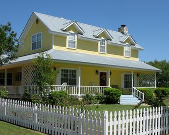 Yellow House Bed and Breakfast - Salado - Building