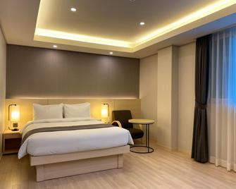 New Donghae Hotel - Donghae - Bedroom