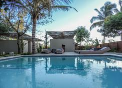Liv Inn Guest House - Maputo - Zwembad