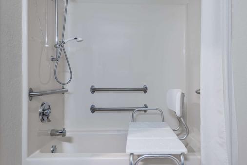 Super 8 by Wyndham Hanover - Hanover - Bathroom