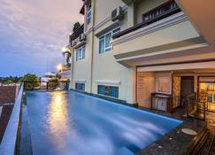 Seng Hout Hotel - Bát-tam-bang - Bể bơi