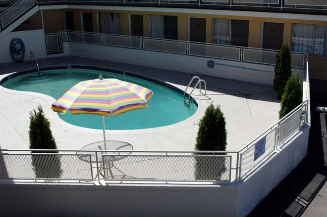 Sovana Inn - Medford - Pool