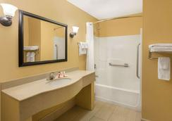 Howard Johnson by Wyndham, Chattanooga Lookout Mountain - Chattanooga - Bathroom