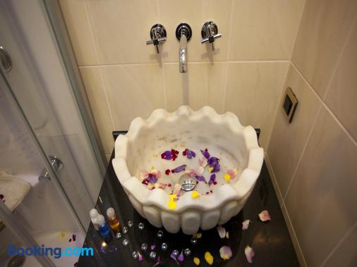 Burckin Suites Hotel - Istanbul - Bathroom