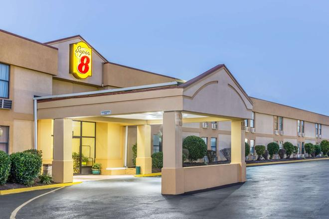 Super 8 by Wyndham Knoxville Downtown Area - Knoxville - Rakennus