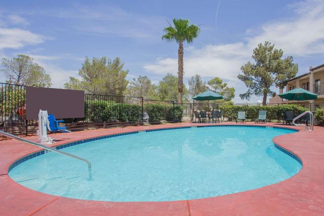Super 8 by Wyndham Barstow - Barstow - Pool