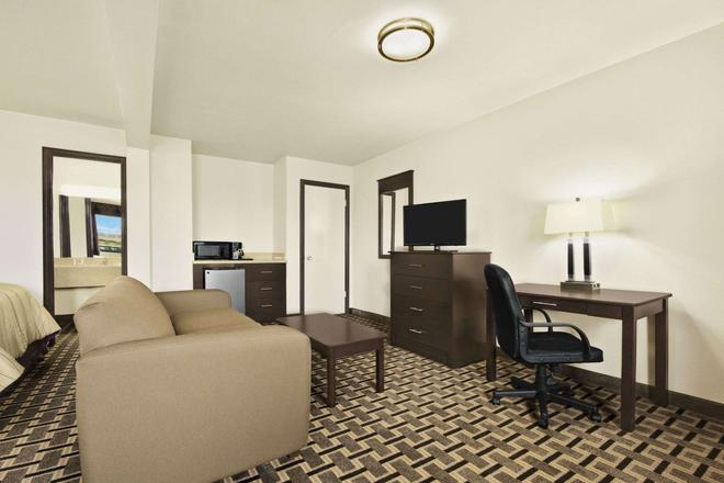 Super 8 by Wyndham Fort Worth TX - Fort Worth - Living room