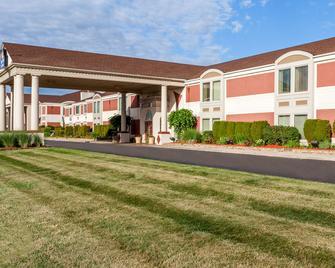 Days Inn & Suites by Wyndham Roseville/Detroit Area - Roseville - Building