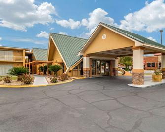 Econo Lodge - Perry - Building