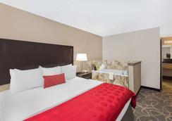 Ramada by Wyndham Des Moines Airport - Des Moines - Bedroom