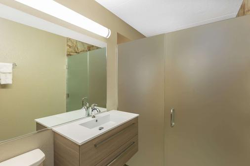 Ramada by Wyndham Des Moines Airport - Des Moines - Bathroom
