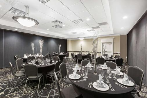 Ramada by Wyndham Des Moines Airport - Des Moines - Banquet hall