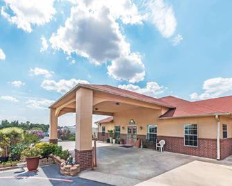 Days Inn by Wyndham Gainesville - Gainesville - Gebäude