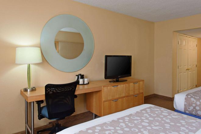 La Quinta Inn & Suites LAX - Los Angeles - Bedroom