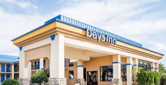 Days Inn by Wyndham Hendersonville - Hendersonville