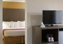 Best Western Plus Galleria Inn & Suites - Cheektowaga - Makuuhuone