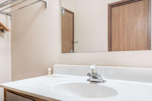 Days Inn by Wyndham Black River Falls - Black River Falls - Bathroom