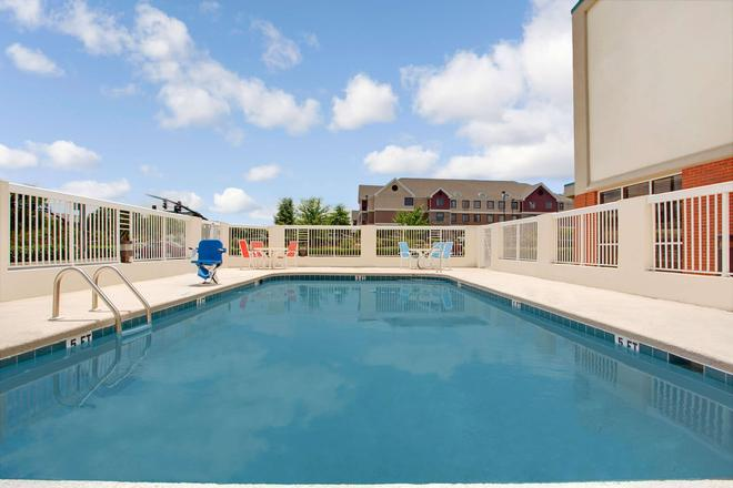 Days Inn & Suites by Wyndham Ridgeland - Ridgeland - Πισίνα