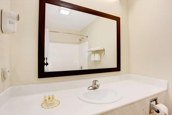 Days Inn & Suites by Wyndham Ridgeland - Ridgeland - Bathroom