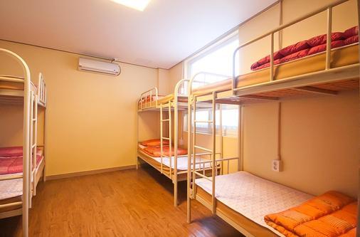 釜山住宿點com民宿 - 釜山 - 臥室