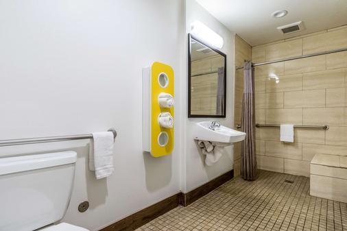 Motel 6 Oceanside Marina - Oceanside - Bathroom