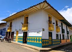 La Casa Amarilla - Jardín - Building