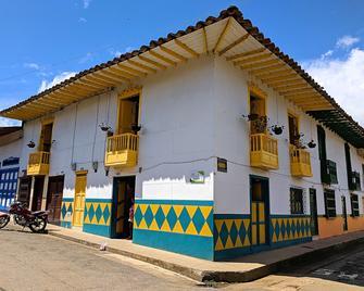 La Casa Amarilla - Jardín - Gebouw