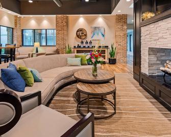 Best Western Okemos/East Lansing Hotel & Suites - Okemos - Вітальня