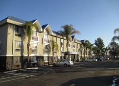 Best Western PLUS Diamond Valley Inn - Hemet - Building