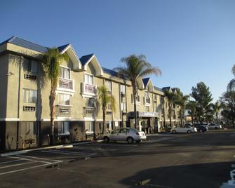 Best Western PLUS Diamond Valley Inn - Hemet - Gebäude