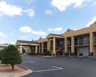 Super 8 by Wyndham Clarksville Northeast - Clarksville - Building