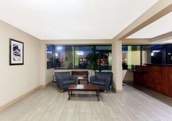 Super 8 by Wyndham Clarksville Northeast - Clarksville - Lobby