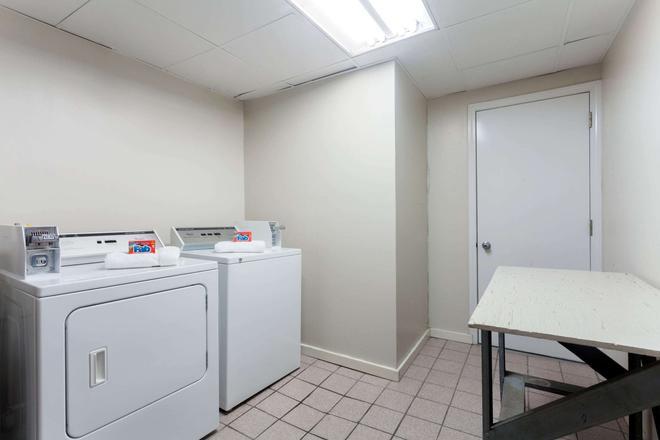 Super 8 by Wyndham Clarksville Northeast - Clarksville - Πλυντήριο ρούχων