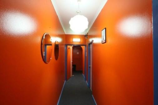 Central Perk Lodge - Sydney - Hallway