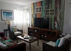 2 bed / 2 bath Villa in Alice Town, North Bimini & Optional 50 ft Marina Slip - Alice Town (Bimini) - Living room