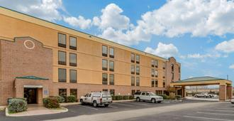 Quality Inn San Antonio Fiesta at Six Flags - San Antonio - Edificio