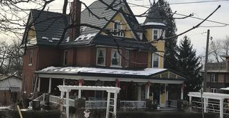 A Moment in Time Bed and Breakfast - Niagara Falls - Building