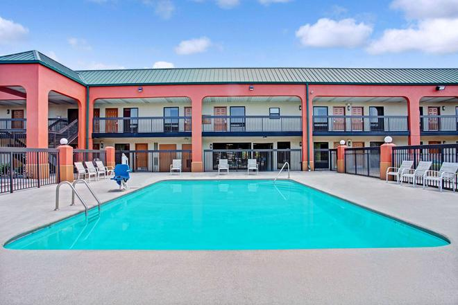 Super 8 by Wyndham Knoxville East - Knoxville - Pool