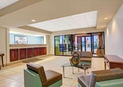 Super 8 by Wyndham Knoxville East - Knoxville - Lobby