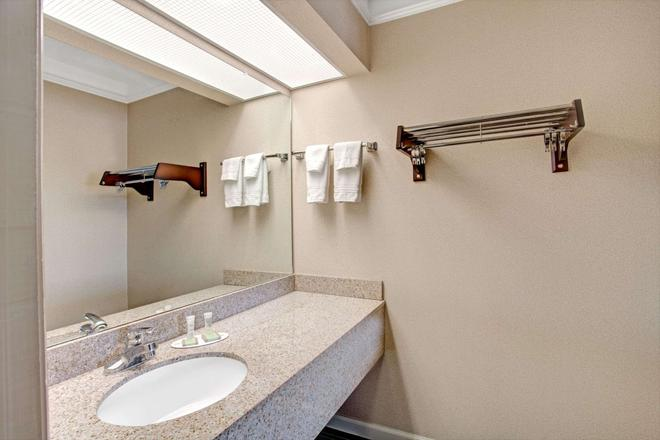 Super 8 by Wyndham Knoxville East - Knoxville - Bathroom