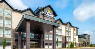Microtel Inn & Suites by Wyndham Red Deer - רד דיר