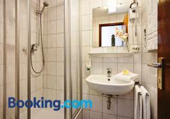 Hotel Hahn - Munich - Bathroom