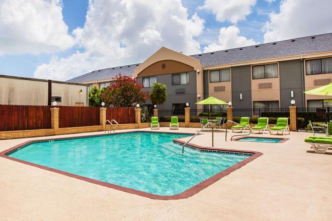 Days Inn & Suites by Wyndham Corpus Christi Central - Corpus Christi - Pool