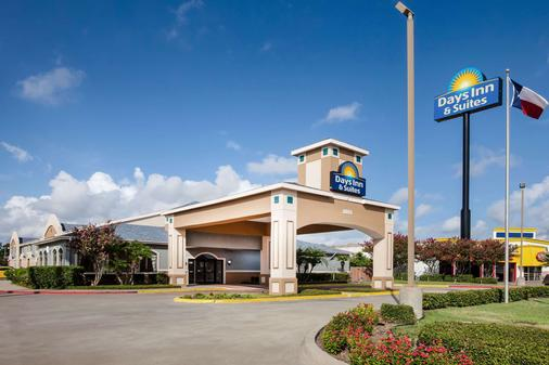 Days Inn & Suites by Wyndham Corpus Christi Central - Corpus Christi - Building