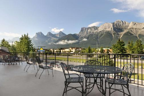 Days Inn by Wyndham Canmore - Canmore - Parveke