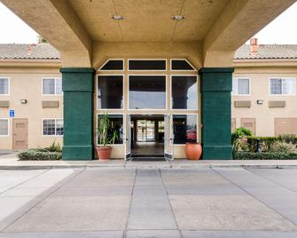 Quality Inn & Suites Lathrop - Lathrop - Building