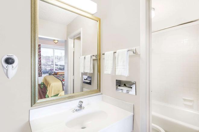 Super 8 by Wyndham Longview/I-20 - Longview - Bathroom
