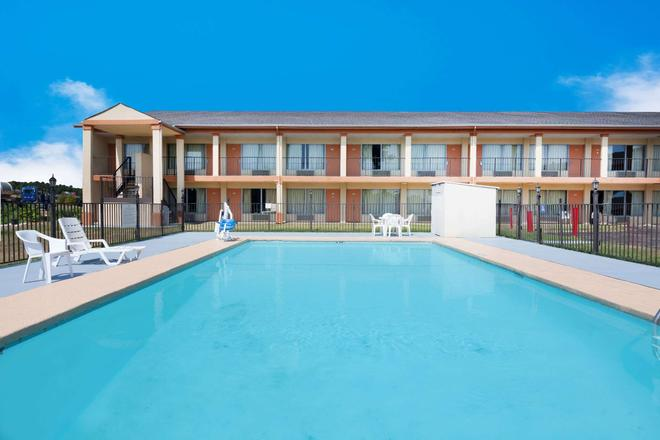 Super 8 by Wyndham Longview/I-20 - Longview - Pool