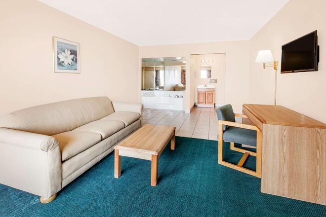 Super 8 by Wyndham Longview/I-20 - Longview - Living room