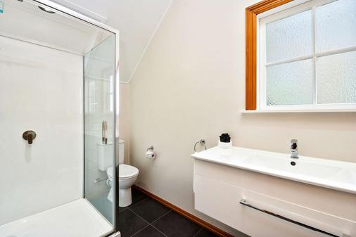 Quality Suites Huka Falls - Taupo - Bathroom